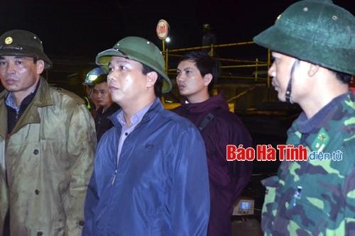 Phó Chủ tịch UBND tỉnh Đặng Quốc Khánh kịp thời có mặt trong đêm để chỉ đạo công tác cứu hộ