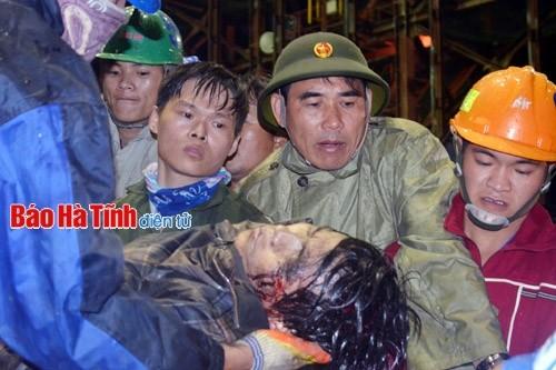 Thêm một nạn nhân được đưa ra khỏi hiện trường vụ tai nạn nghiêm trọng ở Formosa