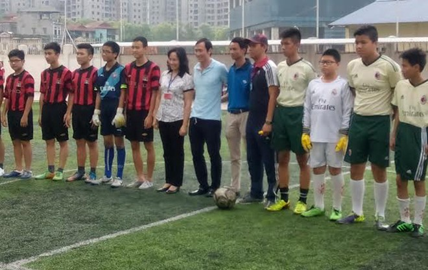 TS Lê Thị Chính, cựu danh thủ Đặng Phương Nam chụp ảnh lưu niệm với 2 đội trước một trận đấu