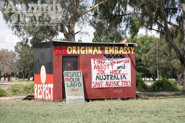 Trước nhà quốc hội cũ ở Canberra, đại diện của Thổ dân châu Úc cho dựng một cái lều nhắc nhở sự bất công trong quá khứ và đấu tranh cho công bằng hiện tại