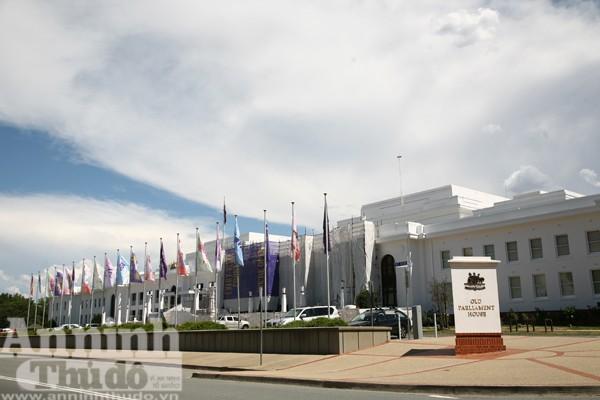 Toà nhà Quốc hội đầu tiên được xây dựng ở Canberra, nay trở thành điểm thăm quan du lịch và bảo tàng về dân chủ, nhân quyền