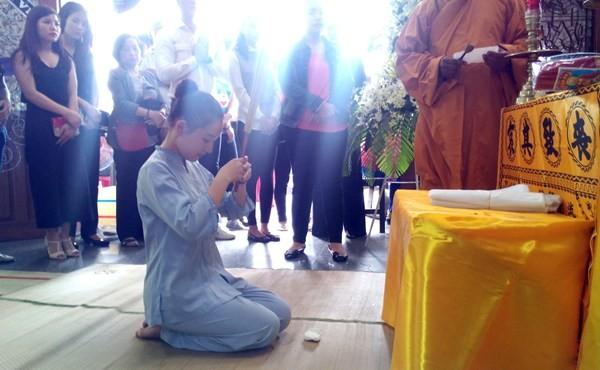 Kiều Oanh, vợ Duy Nhân làm thủ tục khâm liệm cho chồng. Ảnh: ĐẸP