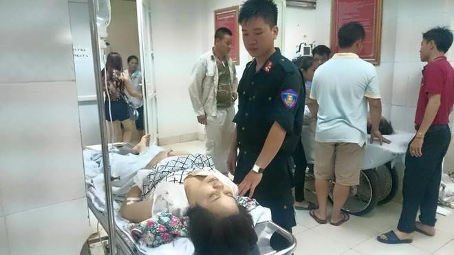 Thượng sĩ Cảnh sát Cơ động Nguyễn Anh Quốc (CATP Hà Nội) đưa một nạn nhân của cơn giông chiều 13-6 vào viện cấp cứu và đã chi hết tiền túi để cứu chữa cho nạn nhân này. Ảnh: Minh Quang