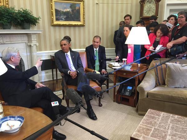 Cái bắt tay lịch sử giữa Tổng thống Obama và Tổng bí thư Nguyễn Phú Trọng ảnh 1