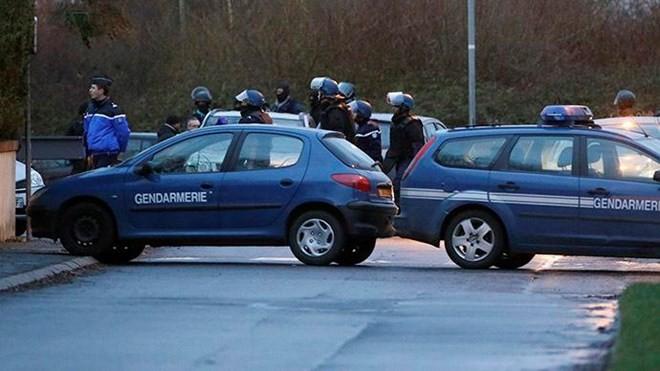 Cảnh sát đặc nhiệm Pháp phong tỏa cửa hàng Primark ở Villeneuve-la-Garenne gần Paris (Nguồn: Twitter)