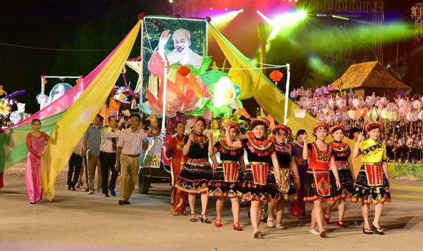 Xe rước ảnh Bác Hồ, cùng với đoàn thiếu nữ dân tộc Dao. Ảnh: Báo Tuyên Quang