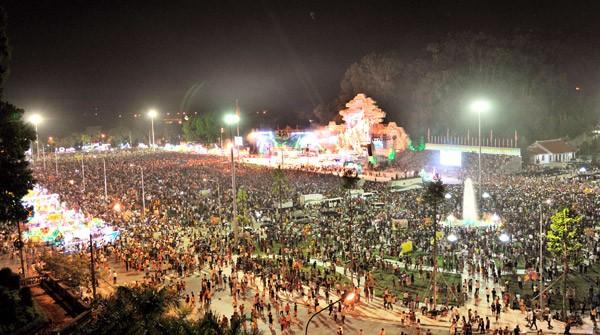 Toàn cảnh quảng trường đêm hội. Ảnh: Báo Tuyên Quang