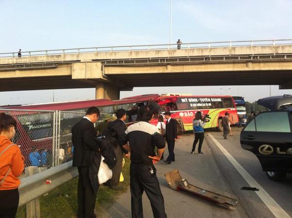 Tai nạn xảy ra trên cao tốc Nội Bài - Lào Cai đoạn qua xã Văn Quán (Lập Thạch, Vĩnh Phúc). Ảnh: Cảnh Đào