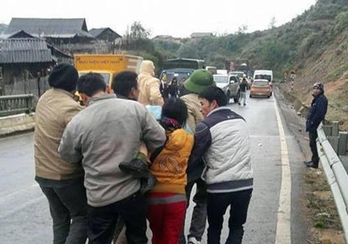 Thi thể Trung tá Trần Văn Hinh được đưa ra khỏi hiện trường vụ tai nạn