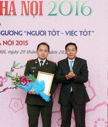 Ông Lê Hồng Sơn - Phó Chủ tịch UBND Thành phố Hà Nội, trao giải Nhất viết về Người tốt, việc tốt - Thành phố Hà Nội 2015 cho tác giả Trần Quân (Báo ANTĐ)