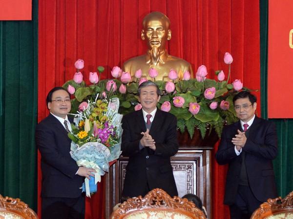 Đồng chí Đinh Thế Huynh, Ủy viên Bộ Chính trị, Thường trực Ban Bí thư trao Quyết định của Bộ Chính trị về việc phân công đồng chí Hoàng Trung Hải làm Bí thư Thành ủy Hà Nội.