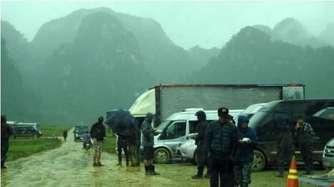 Tân Hóa ngày 24-2 mưa tầm tã nhưng đoàn làm phim vẫn làm việc chuyên nghiệp.