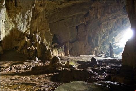 Bên trong hang Chuột, nơi ở trong phim là nơi ở của loài vượn khổng lồ