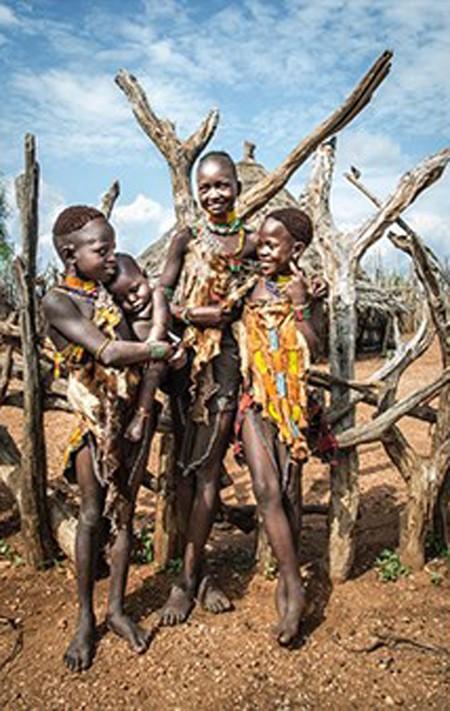 Các cô gái của bộ lạc Hamar được giao nhiệm vụ chăm sóc các em nhỏ từ khi còn rất trẻ. Họ có vẻ khá đoàn kết với nhau.