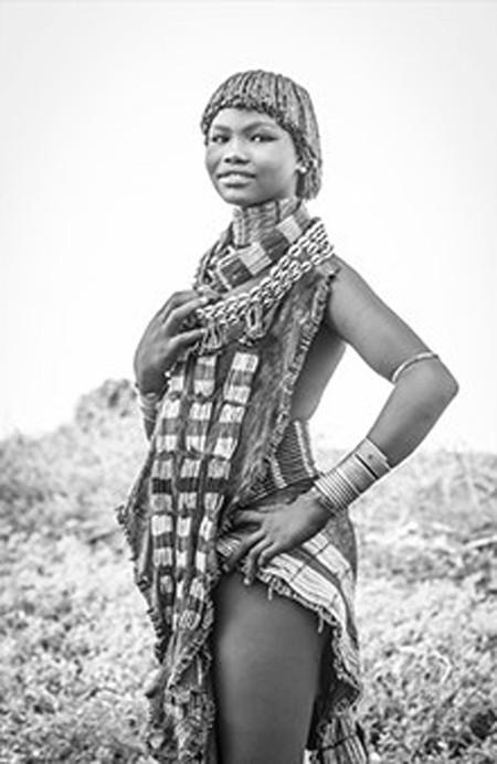 Cô gái Hamar này vẫn chưa kết hôn nên vòng cổ của cô ấy không được gắn kim loại.