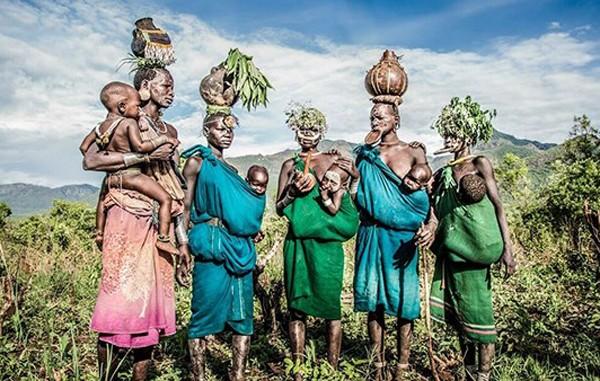 Phụ nữ trong các bộ lạc ở thung lũng Omo Rover được biết đến với tục căng môi bằng đĩa và các mẫu hoa văn trông như vỏ cây tinh xảo rạch trên da. Phụ nữ và trẻ em ở đây cũng thường tự trang điểm cho mình với những hình vẽ bằng đất sét trắng và cài hoa trên đầu.