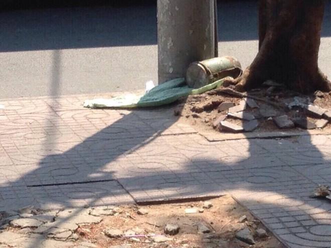Vật lạ nghi là vật liệu nổ bị bỏ lại ở gốc cây