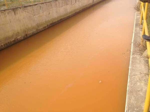 Hệ thống kênh chứa nước thải đục ngầu của Fosmosa được nối với đường ống khổng lồ cắm sâu xuống đáy biển