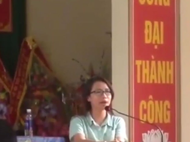 Phóng viên Phạm Thị Phương xin lỗi bà con trồng rau (ảnh cắt ra từ clip người dân quay, tung lên mạng)