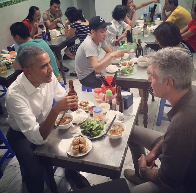 Tổng thống Obama thưởng thức bún chả và uống bia. Ảnh: Anthony Bourdain trên Instagram