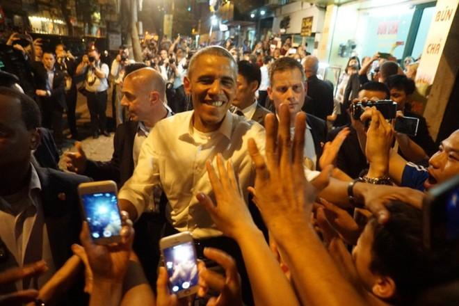 Tổng thống Obama bắt tay thân thiện với người dân Hà Nội. Ảnh: LĐTĐ