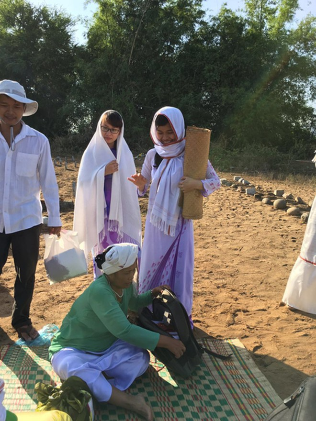 Ramưwan là dịp lễ tết đặc biệt, nên con cháu thập phương đều trở về, diện những trang phục mới nhất, đẹp nhất. Người Chăm Bàni mừng năm mới rất đặc biệt: Người sống và người thân đã chết