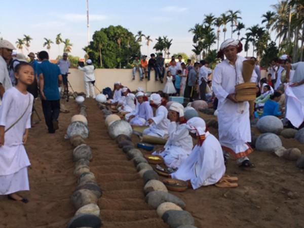Cứ 2 viên đá tượng trưng cho 1 linh hồn. Mỗi dòng họ được chôn chung với nhau thành 1 nhóm. Các thầy Bà la môn mặc áo nghi lễ màu trắng sẽ đọc kinh cầu nguyện, rước người thân về nhà cùng ăn tết.
