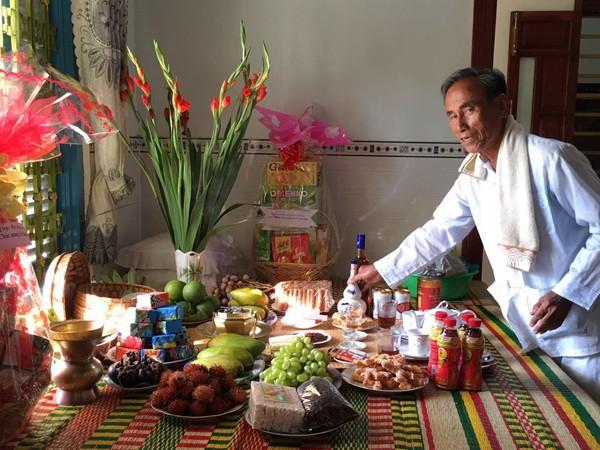Lễ cúng tại nhà chỉ có trái cây, bánh, trầm hương, không có thịt, cá... Tuy nhiên, ngay sau lễ cúng là cảnh sát sinh gà, vịt, cá để ăn uống. Người Chăm tuyệt đối không chăn nuôi giết thịt hay ăn thịt lợn