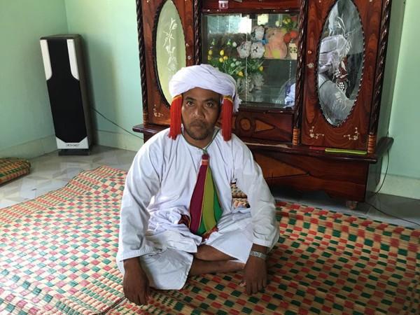 Một thầy cúng người Chăm Bafni, với bộ đồ lễ cúng. Có những bộ đồ như thế này trị giá hàng chục triệu đồng