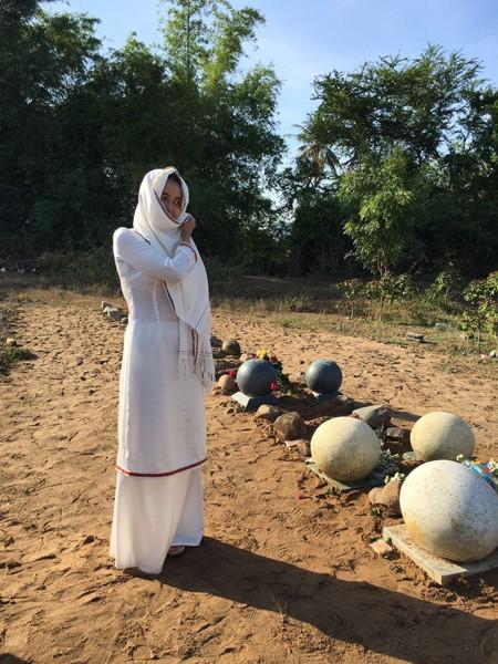 Một cô gái người Chăm Bàni đi tảo mộ tổ tiên