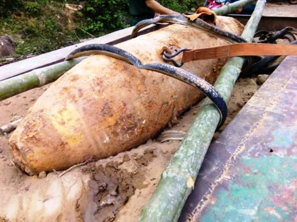 Quả bom nặng 340kg được phát hiện trong vườn nhà dân (ảnh: T.H)