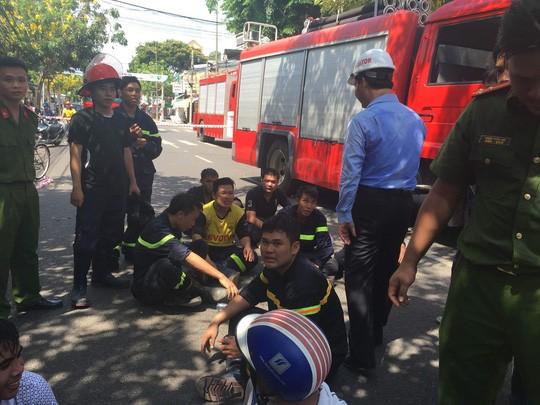 Lực lượng cứu hộ sau 3 giờ tìm và đưa hai nạn nhân ra khỏi đống đổ nát