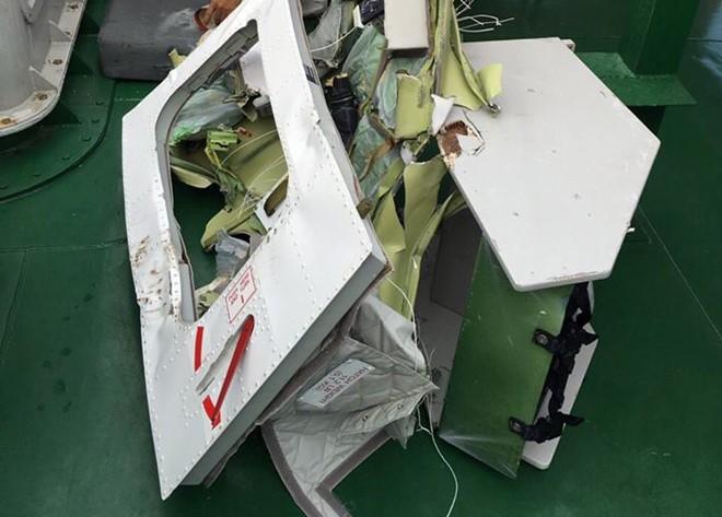 Một bộ phận của máy bay CAS được vớt lên tàu cảnh sát biển 4039. Ảnh:Sơn Ca