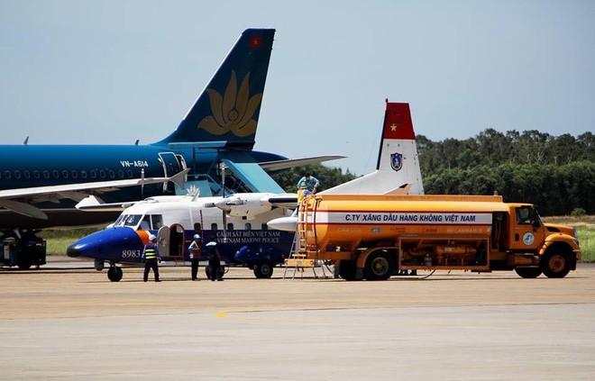 CASA 8983 tiếp nhiên liệu tại sân bay Vinh. Đây có thể là hình ảnh cuối cùng của của chiếc tuần thám. Ảnh: Nguyễn Cường (FB Phạm Tú Anh)