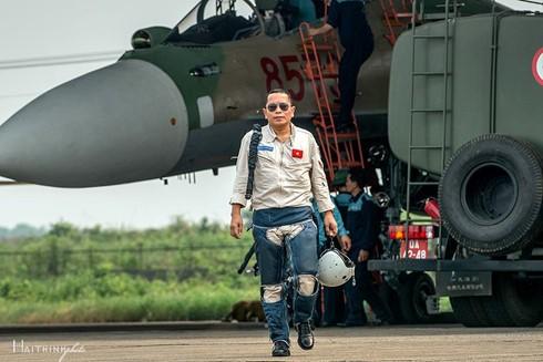 Phi công Trần Quang Khải sau một chuyến bay huấn luyện. Ảnh: Hải Thịnh