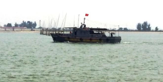 Tàu của lực lượng tìm kiếm đang hành trình ra hiện trường máy bay gặp nạn