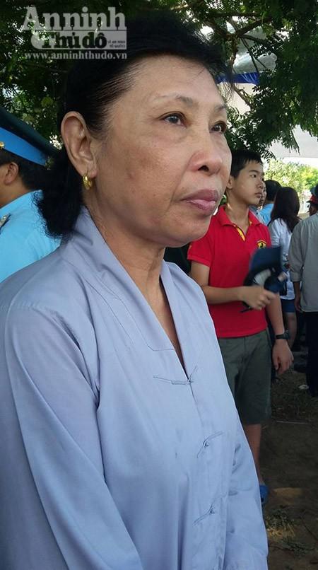 """Bà Đậu Thị Sơn (66 tuổi) mắt đỏ hoe nghẹn ngào cho biết: """"Từ lúc nghe tin chiếc máy bay rơi tôi đã hi vọng sẽ có phép màu xảy ra. Vậy mà phi công Khải đã hi sinh, sự mất mát này quá lớn và đau xót"""""""