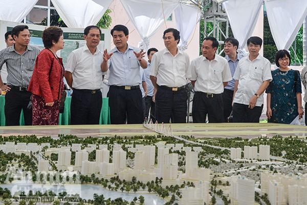 Chủ tịch UBND TP Hà Nội Nguyễn Đức Chung (thứ 4 từ trái sang) trao đổi về quy hoạch chi tiết xây dựng hai bên tuyến đường Nhật Tân - Nội Bài