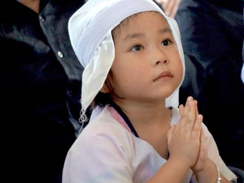 Nét ngây thơ của con gái của liệt sỹ phi công Trần Quang Khải trong đám tang cha, khiến nhiều người rơi nước mắt