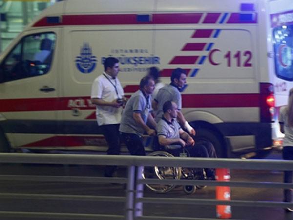 Một người bị thương được hỗ trợ rời khỏi hiện trường vụ khủng bố