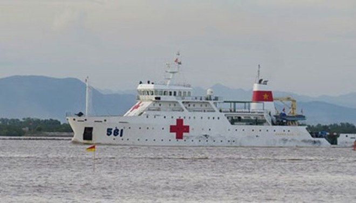 """Tàu """"bệnh viện"""" HQ561 mang theo thi thể các quân nhân gặp nạn trên đường vào cảng 128 Hải quân lúc 17h45 chiều 28-6."""
