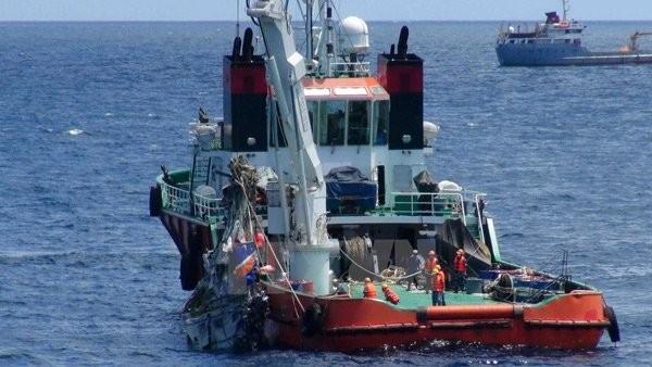 Tàu 926 đang trục vớt máy bay CASA-212. Ảnh: TTXVN.