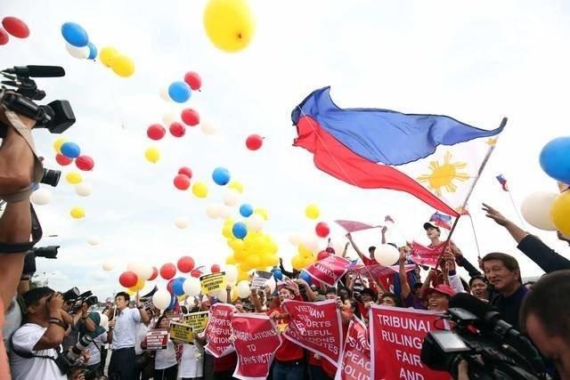 Một nhóm người Philippines tuần hành ngay trước thời điểm PCA công bố phán quyết - Ảnh: Rappler