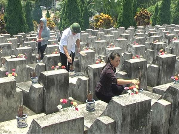 Thắp hương cho các liệt sĩ ở Vị Xuyên. Ảnh: Cổng TTĐT Vị Xuyên