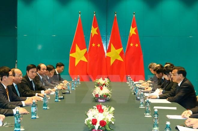 Thủ tướng Chính phủ Nguyễn Xuân Phúc gặp song phương Thủ tướng Trung Quốc Lý Khắc Cường bên lề Hội nghị Cấp cao Á-Âu lần thứ 11. (Ảnh: Thống Nhất/TTXVN)