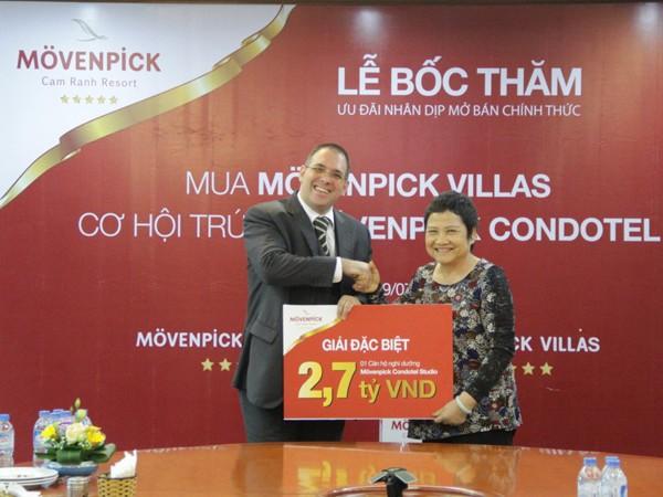 Ông Hannes Romauch - TGĐ Eurowindow Nha Trang trao giải đặc biệt cho nhà đầu tư may mắn Đỗ Thị Thái