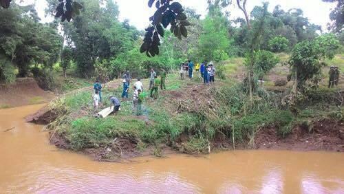 Lực lượng chức năng vớt thi thể, khám nghiệm để điều tra vụ thảm án. Ảnh: Nguyễn Ngọc Cường