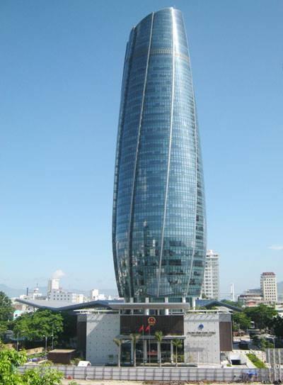 Tòa nhà trung tâm hành chính TP Đà Nẵng cao 36 tầng (gồm 34 tầng nổi và 2 tầng hầm), đưa vào sử dụng từ năm 2014. Công sở đồ sộ này được đầu tư xây dựng với số vốn trên 2.000 tỷ đồng, tọa lạc ở trung tâm quận Hải Châu.