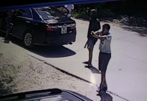 Gần 20 đối tượng táo tợn nổ súng, mang kiếm truy sát 1 gia đình giữa ban ngày ảnh 2