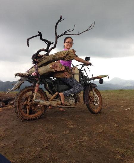 Xe máy được quấn xích để leo núi, trơn trượt